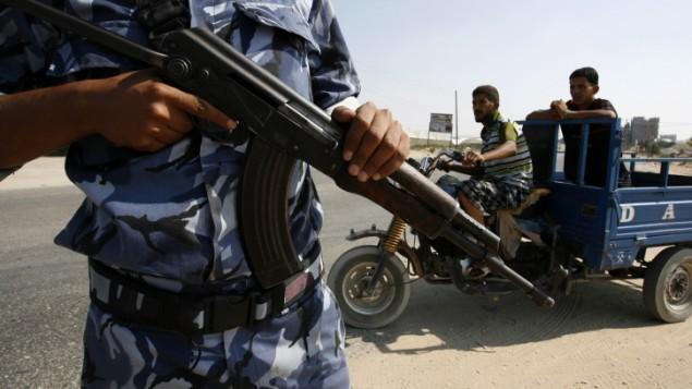 صورة توضيحية لشرطي تابع لحماس يحمل بندقية في قطاع غزة (Abed Rahim Khatib/Flash90)