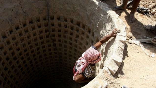 صورة توضيحية لمهرّب فلسطيني يدخل نفق عابر للحدود بين غزة ومصر في رفح، جنوب قطاع غزة، 4 اكتوبر 2012 (Abed Rahim Khatib/Flash 90)