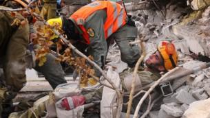 جنود اسرائيليون وأمريكيون يشاركون بتدريب مشترك للزلازل في حولون، 21 اكتوبر 2012 (Yossi Zeliger/Flash90)