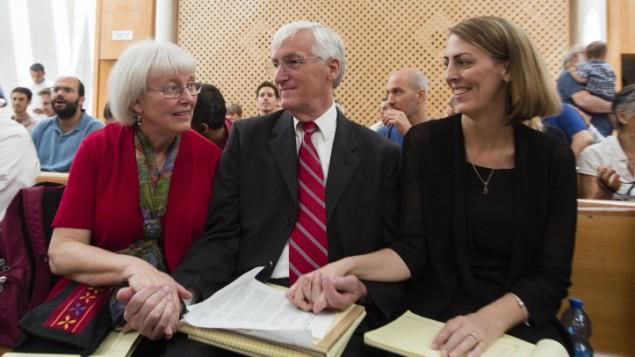 والدي ريتشل كوري، سيندي وكرايغ، في محكمة العدل العليا في اسرائيل، لاستئناف حكم المحكمة المركزية في حيفا حسبه الجيش الإسرائيلي غير مسؤول عن مقتل ابنتهما، 21 مايو 2014 (Flash 90)