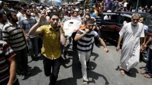 تشييع جثمان مقاتل من حركة حماس، قتل نتيجة غارة اسرائيلية في رفح، 22 يوليو 2014 (Abed Rahim Khatib/Flash90)