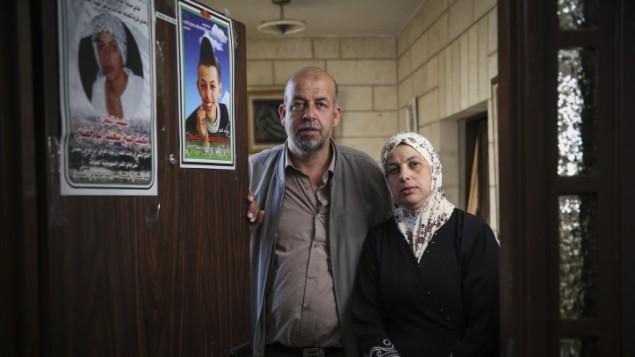 والدي محمد ابو خضير في منزلهم في مخيم شعفاط في القدس الشرقية، 21 امتوبر 2014 (Hadas Parush/Flash90)