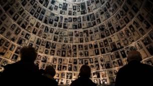 الزوار في متحف ذكرى المحرقة ياد فاشيم في القدس، 27 يونيو 2015 (Hadas Parush/Flash90)