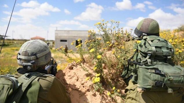 جنود خلال تدريب للجيش الإسرائيلي في وحدة حدود غزة في 22 مارس 2015 (IDF spokesman)