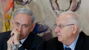 رئيس الوزراء بينيامين نتنياهو (من اليسار) مع رئيس الدولة رؤوفين ريفلين في الجلسة الإفتتاحية للكنيست ال20، والتي عُقدت في 31 مارس، 2015. (Miriam Alster/Flash90)