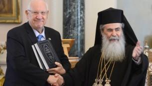 الرئيس الاسرائيلي رؤوفين ريفلين وبطريرك القدس ثيوفيلوس الثالث في القدس القديمة، 14 ابريل 2015 (Mark Neyman/GPO)