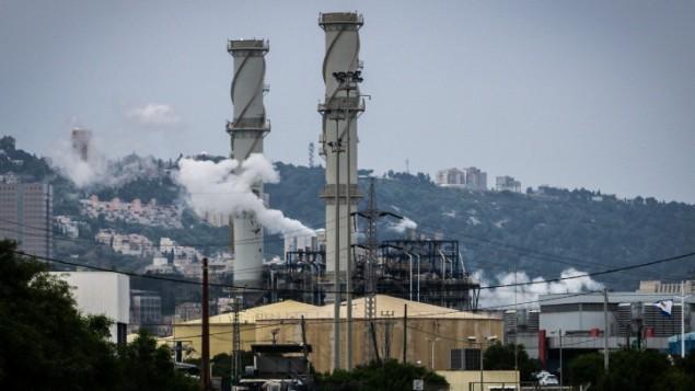 صورة توضيحية لمصانع ملوثة للهواء في مدينة حيفا الساحلية في اسرائيل (Basel Awidat/Flash90)