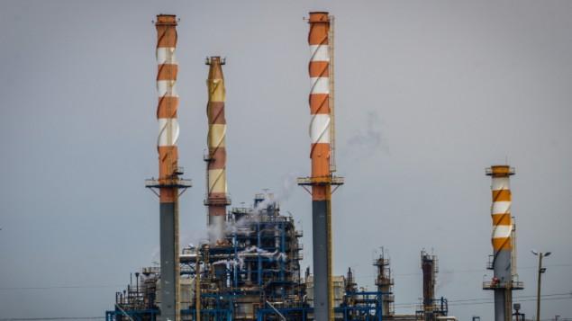 مداخن المصانع في مدينة حيفا، 15 ابريل 2015 (Basel Awidat/FLASH90)