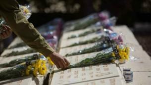 جندي اسرائيلي يضع اكاليل الزهور على قبور الجنود الساقطين في معارك اسرائيل عشية يو الذكرى 21 ابريل 2014 في جبل الزيتون، القدس (فلاش 90)