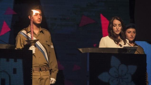 الإعلامية العربية الإسرائيلية لوسي أهريش تضيء شعلة خلال الإحتفال الرسمي بيوم الإستقلال ال67 لدولة إسرائيل في جبل هرتسل في القدس في 22 أبريل، 2015. ( Hadas Parush/Flash 90)
