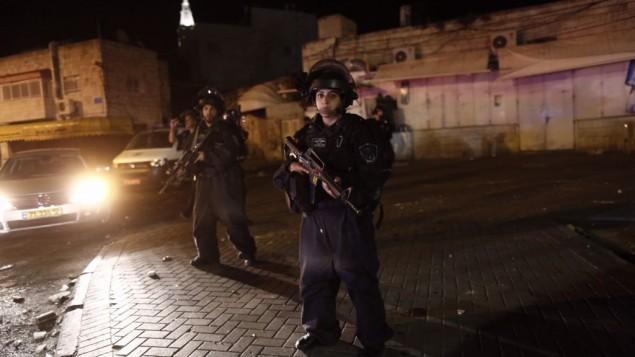 الشرطة الإسرائيلي في مكان دهس عدد من عناصر الشرطة بما يعتقد انه هجوم دهس في الطور في القدس الشرقية، 25 ابريل 2015 (Yonatan Sindel/Flash90)