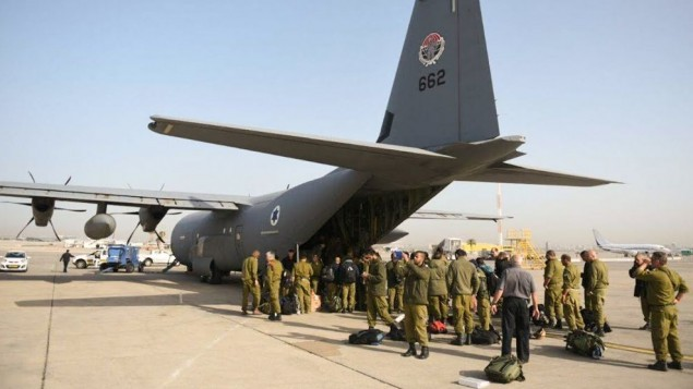 بعثة الإغاثة التابعة للجيش الإسرائيلي تستعد للصعود على متن طائرة تابعة لسلاح الجو متوجهة إلى نيبال، 27 ابريل، 2015. (المتحدث باسم الجيش الإسرائيلي)