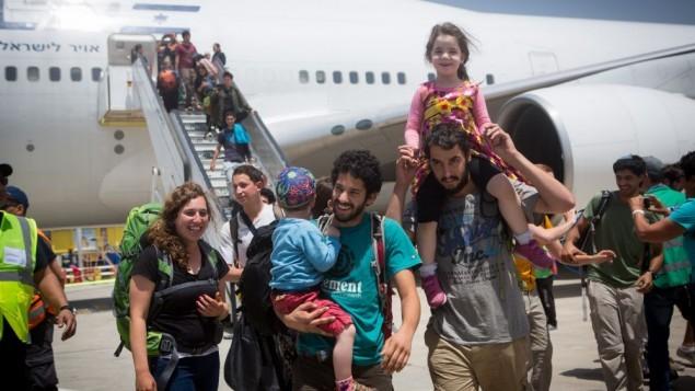 سياح إسرائيليون في نيبال يصلون على متن طائرة إنقاذ إلى  مطار بن غورويون الدولي، 28 أبريل، 2015. (Miriam Alster/FLASH90)
