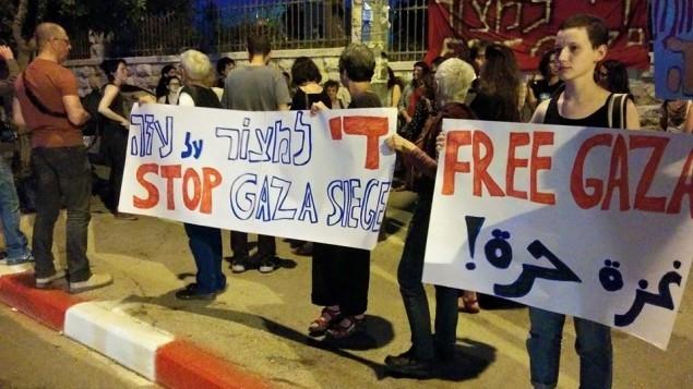 ناشطون اسرائيليون يتظاهرون امام منزل رئيس الوزراء في القدس من اجل انهاء الحصار على غزة، 29 ابريل 2015 (Free Jerusalem Facebook page)