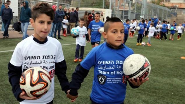 """اطفال يهود وعرب يسكنون في القدس يتدربون على كرة القدم ضمن مبادرة """"مجموعة المتساويين""""، 19 مارس 2015 (courtesy/Yossi Zamir)"""