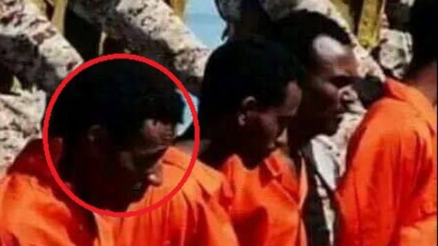 'ت'، واحد من ثلاثة لاجئين إرتريين يعتقد انه اعدم على يد تنظيم الدولة الإسلامية، يظهر في فيديو اصره التنظيم في 19 ابريل 2015 (Hotline for Refugees and Migrants)