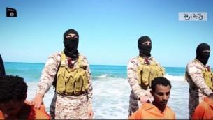 مقاتلو الدولة الإسلامية قبل قتل مسيحيين اثيوبيين في ليبيا، 19 لبريل 2015 (Screen capture: Dailymotion)