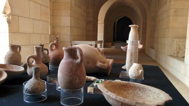 القطع الاثرية التي عثرت عليها دائرة الاثار الاسرائيلية في كهف بالقرب من تل حليف في جنوب اسرائيل, مغروضة في متحف روكفلر في القدس 1 ابريل 2015 (بعدسة ايلان بن تسيون)