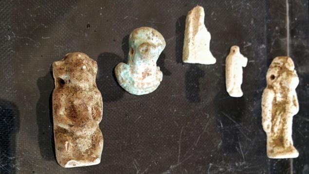 القطع الاثرية  المصرية التي عثرت عليها دائرة الاثار الاسرائيلية في كهف بالقرب من تل حليف في جنوب اسرائيل, مغروضة في متحف روكفلر في القدس  1 ابريل 2015 (بعدسة ايلان بن تسيون)