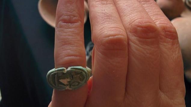 خاتم استعمل كختم وجد بين القطع الاثرية  المصرية التي عثرت عليها دائرة الاثار الاسرائيلية في كهف بالقرب من تل حليف في جنوب اسرائيل, مغروضة في متحف روكفلر في القدس  1 ابريل 2015 (بعدسة ايلان بن تسيون)