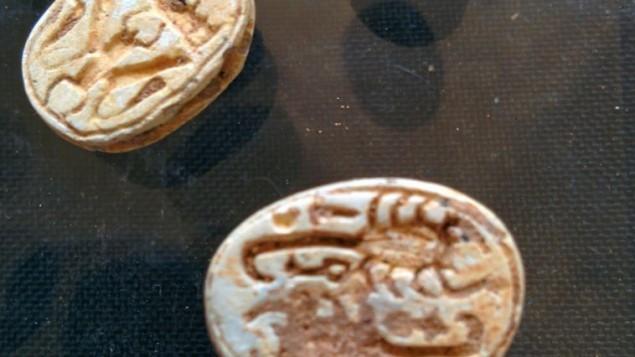 جعارين من الفخار بين القطع الاثرية  المصرية التي عثرت عليها دائرة الاثار الاسرائيلية في كهف بالقرب من تل حليف في جنوب اسرائيل, مغروضة في متحف روكفلر في القدس  1 ابريل 2015 (بعدسة ايلان بن تسيون)