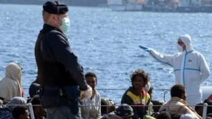 مهاجرون يصلون شواطئ صقلية بعد عملية لانقاذهم، 18 ابريل 2015 (AFP/Giovanni Isolino)