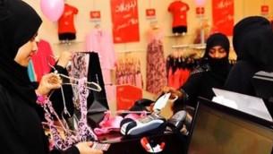 صورة توضيحية لنساء محجبات يقمن بشراء ملابس داخلية نسائية. (لقطة من YouTube)