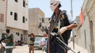 مقاتلون يمنيون، معارضون للحوثيين وداعمون لقوات النظام الموالية للرئيس هادي، في احد شوارع دار سعد شمالي عدن، 12 ابريل 2015 (AFP/SALEH AL-OBEIDI)