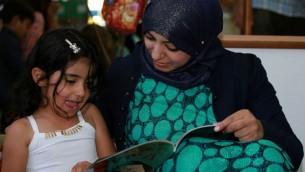 """مشروع """"مكتبة الفانوس"""" يحفز على مشاركة القراءة بين الأهل والطفل. (Rami Jabareen)"""