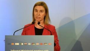 وزيرة خارجية الإتحاد الأوروبي فيديريكا موغيريني تتحدث خلال إجتماع وزاري غير رسمي شارك فيه وزراء خارجية من الإتحاد الأوروبي ودول جنوب البحر الأبيض المتوسط في برشلونة في 13 أبريل، 2015. (AFP/LLUIS GENE)