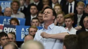 رئيس الوزراء البريطاني ورئيس حزب المحافظين ديفيد كاميرون يخاطب نشطاء حزبه، 6 مايو 2015 (TOBY MELVILLE / POOL / AFP)
