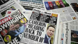 صورة للصحف البريطانية التي سيطرت على عناوينها نتائج إستطلاع الرأي الذي أُجري عند  خروج المصوتين والتي جاءت  لصالح حزب المحافظين في الإنتخابات البريطانية العامة تم تصويرها في لندن في 8 مايو، 2015. (AFP PHOTO / DANIEL SORABJI)