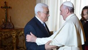 البابا فرنسيس يرحب برئيس السلطة الفلسطينية محمود عباس خلال لقاء خاص في 16 مايو، 2015 في الفاتيكان (AFP Pphoto pool/Alberto Pizzoli)
