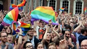 داعمي الزواج المثلي يحتفلون بعد الاعلان عن نتائج الاستفتاء في دبلين، 23 مايو 2015 (PAUL FAITH / AFP)