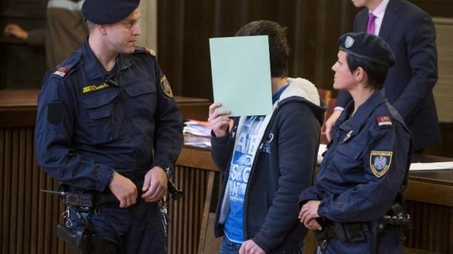الفتى النمساوي في الرابعة عشر من عمره المتهم بالتخطيط لتفجير محطة قطار في فيينا اثناء محاكمته، 26 مايو 2015 (CHRISTIAN BRUNA / AFP)