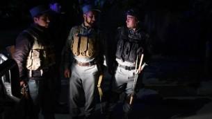 """الشرطة الافغانية بالقرب من مقر الضيافة """"بارك بالاس"""" حيث اسفر هجوم لحركة طالبان عن مقتل خمسة اشخاص، 14 مايو 2015 (FARSHAD USYAN / AFP)"""