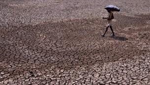صورة توضيحية: تربة جافة في شرق الهند، 22 مايو 2015 (ASIT KUMAR / AFP)