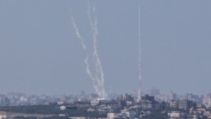 صورة  من الجانب الإسرائيلي للحدود بين إسرائيل وغزة تظهر فيها سحابة دخان ناتجة عن الصواريخ التي يتم إطلاقها من قبل مسلحين فلسطينيين من قطاع غزة باتجاه إسرائيل. (AFP/Jack Guez)