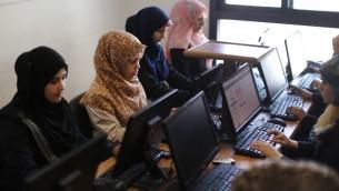 نساء فلسطينيات يعملن امام الحواسيب في شركة يونيت وان في مدينة غزة، 18 ابريل 2015 (MAHMUD HAMS / AFP)