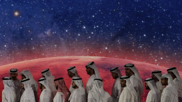 مسؤولون، مهندسون وعلماء اماراتيون يشاركون بحفل انطلاق مشروع مسبار الأمل في دبي، 6 مايو 2015 (KARIM SAHIB / AFP)