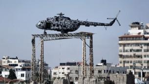 مروحية تابعة للرئيس الفلسطيني الراحل ياسر عرفات تتوسط مقرا امنيا لحماس في غزة، 8 مايو 2015 (MOHAMMED ABED / AFP)