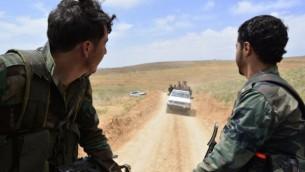 قوات النظام السوري في 9 مايو، 2015 في منطقة القلمون، بعد استيلائها على عدد من التلال والمناطق الجبلية بدعم منظمة حزب الله الشيعية اللبنانية (AFP PHOTO / STR)