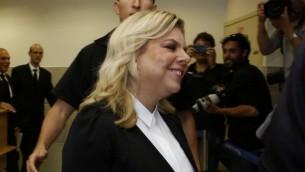 سارا نتنياهو تحضر في المحكمة لتشهد بقضية اتهام الزوج نتنياهو بسوء معاملة عامل في منزل رئيس الوزراء في القدس، 10 مايو 2015 (AFP/Gali Tibbon)