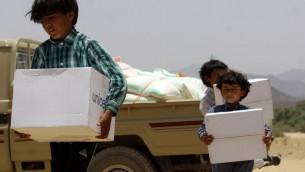 اطفال يمنيون يتلقون المساعدات من قبل اليونيسيف، 11 مايو 2015 (STR / AFP)