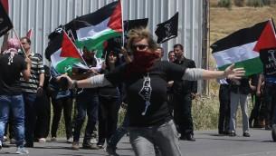 مصورة الفيديو الايطالية سامانتا كاميزولي  خلال مظاهرة لاحياء النكبة الفلسطينية في الضفة الغربية، 16 مايو 2015 (JAAFAR ASHTIYEH / AFP)