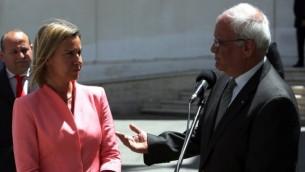 وزيرة خارجية الاتحاد الأوروبي فيديريكا موغيريني مع الفاوض الفلسطيني صائب عريقات في رام الله، 20 مايو 2015 (AFP/ABBAS MOMANI)
