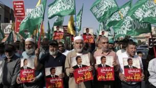قائد الحركة الاسلامية في اسرائيل الشيخ رائد صلاح خلال مظاهرة ضد حكم الاعدام للرئيس المصري المخلوع محمد مرسي، 23 مايو 2015 (AHMAD GHARABLI / AFP)