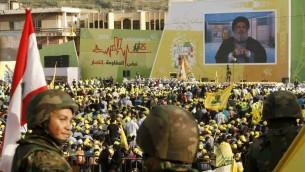 انصار حركة حزب الله الشيعية اللبنانية يتجمعون لسماع خطاب نائب الحركة العام حسن نصرالله عبر شاشة، 24 مايو 2015 (MAHMOUD ZAYYAT / AFP)