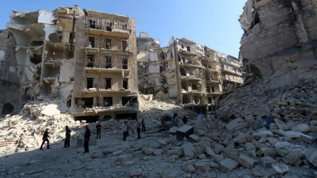 سوريون بوسط الحطام في مدينة حلب السورية، 30 مايو 2015 (AFP/AMC/ZEIN AL-RIFAI)