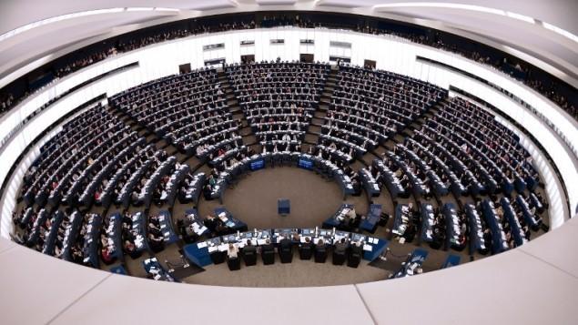 أعضاء في برلمان الإتحاد الأوروبي يشاركون في جلسة تصويت في 17 ديسمبر، 2014 خلال جلسة للبرلمان الأوروبي في ستراسبورغ، شرقي فرنسا. (AFP/FREDERICK FLORIN)